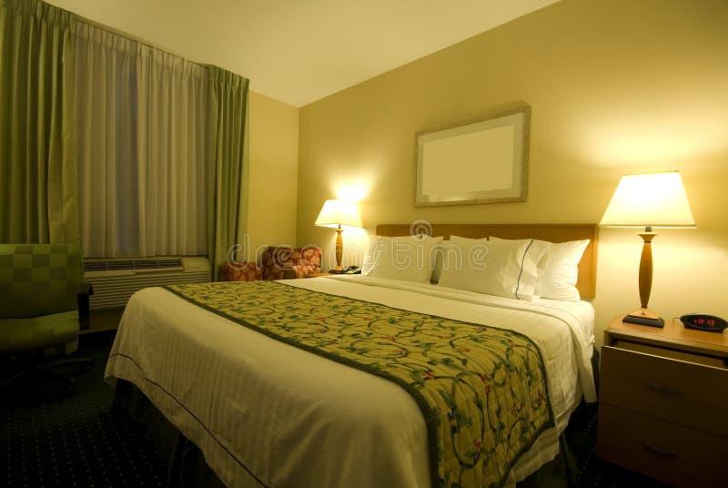 размер комнаты ферзя гостиницы кровати стоковое фото