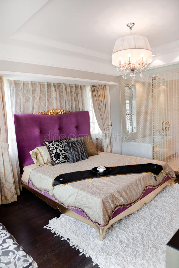 размер короля спальни кровати самомоднейший стоковые изображения rf