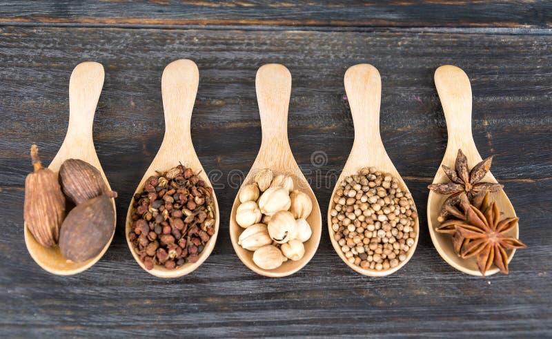 размер цветастых трав шаров добавок естественный spices вертикаль стоковое изображение rf