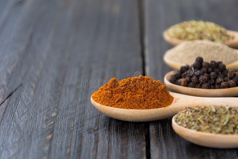 размер цветастых трав шаров добавок естественный spices вертикаль стоковые фотографии rf