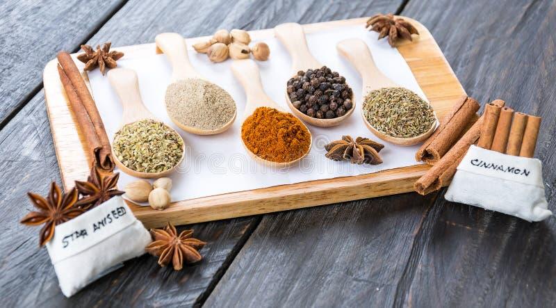 размер цветастых трав шаров добавок естественный spices вертикаль стоковые фото