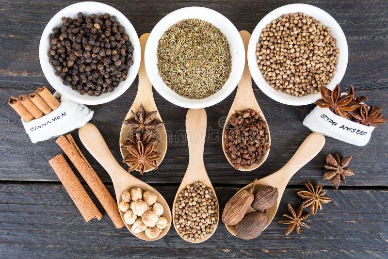 размер цветастых трав шаров добавок естественный spices вертикаль стоковые изображения