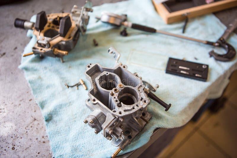 Разметка инструментов на столовых механиках в процессе ремонта автомо стоковое изображение rf