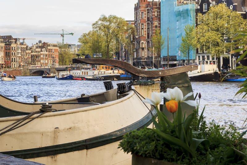 Размещещние на баржах на реке Amstel стоковая фотография