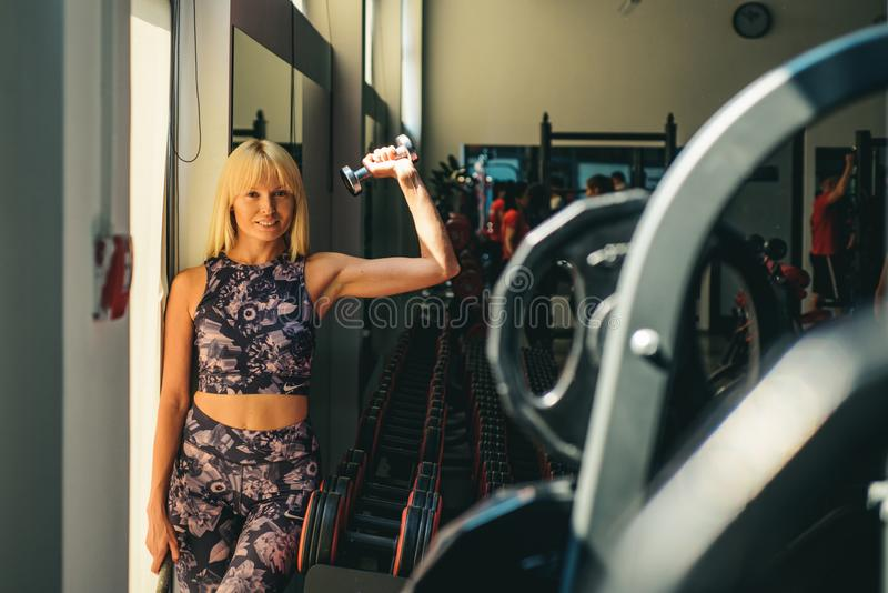 Разминка женщины в спортзале E o Спорт и мода sportswear стоковые фото