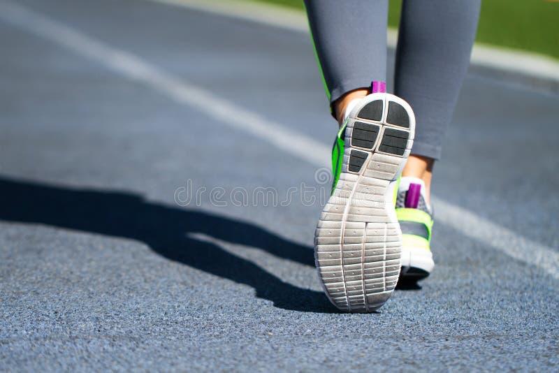 разминка женщины здоровья восхода солнца идущего ботинка бегунка дороги jog пригодности ног принципиальной схемы крупного плана J стоковое фото