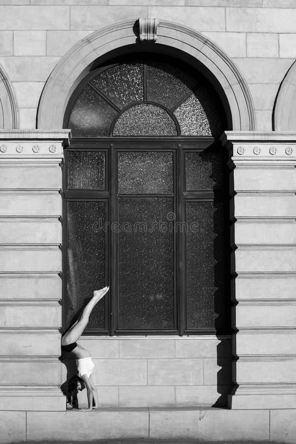 Разминка молодого гимнаста стоковая фотография rf