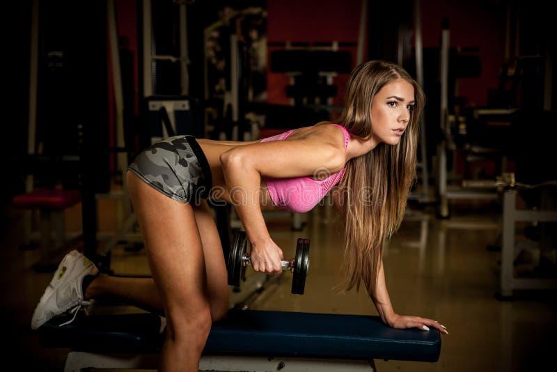 Разминка фитнеса - популярная красивая разминка молодой женщины стоковое фото