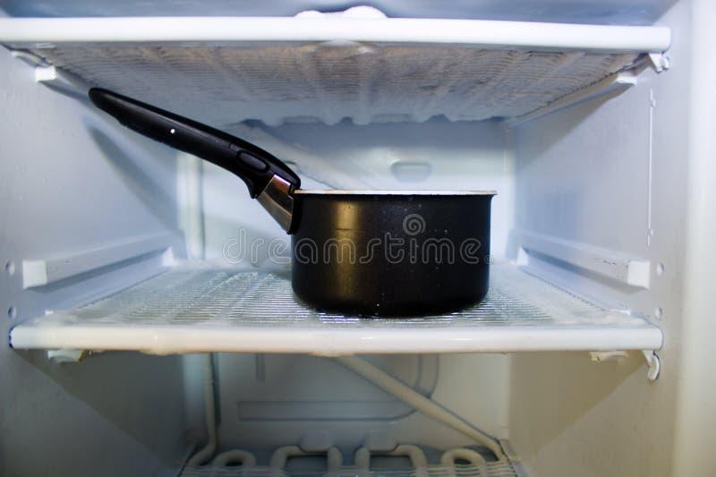 Размораживать замораживатель Бак стоек горячей воды в замораживателе стоковые фотографии rf
