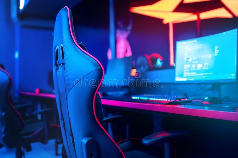 размытый фон компьютера pc, клавиатура кресла, синий и красный свет Понять онлайн-арену киберспорта для игр стоковые изображения rf