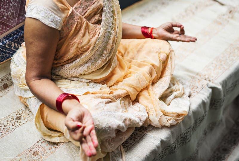 Размышляя индийская женщина в мире стоковое фото rf