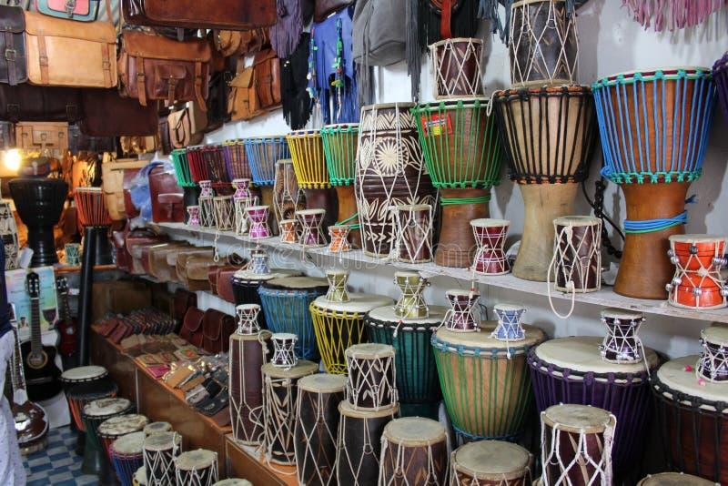 Разнообразие барабанчиков и кожаных сумок от магазина стоковая фотография rf