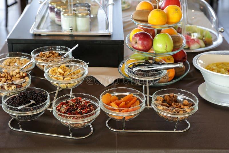 Разнообразие высушенных ягод, плодов и гаек, свежих фруктов, йогуртов для здоровой таблицы завтрака шведский стол в греческой гос стоковые фотографии rf