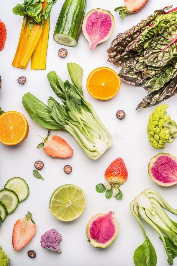 Разнообразие здоровых фруктов и овощей для чистых еды и питания диеты на белизне Положение вегетарианской еды плоское Содержание  стоковые изображения