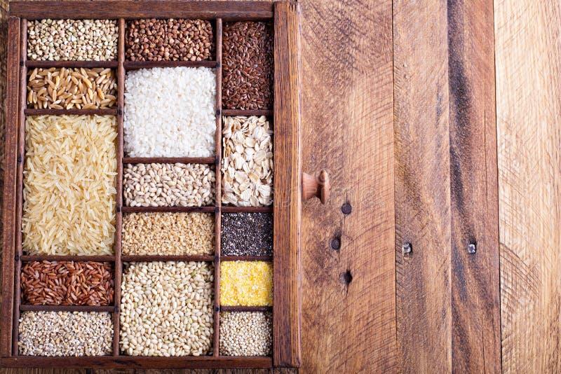 Разнообразие здоровых зерен и семян стоковые изображения rf