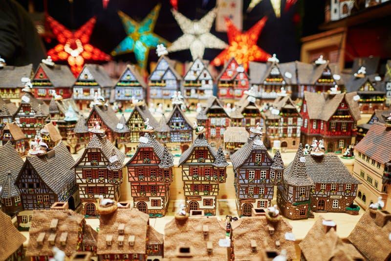 Разнообразие керамических домов и гирлянд звезды на традиционной рождественской ярмарке в страсбурге стоковые изображения rf