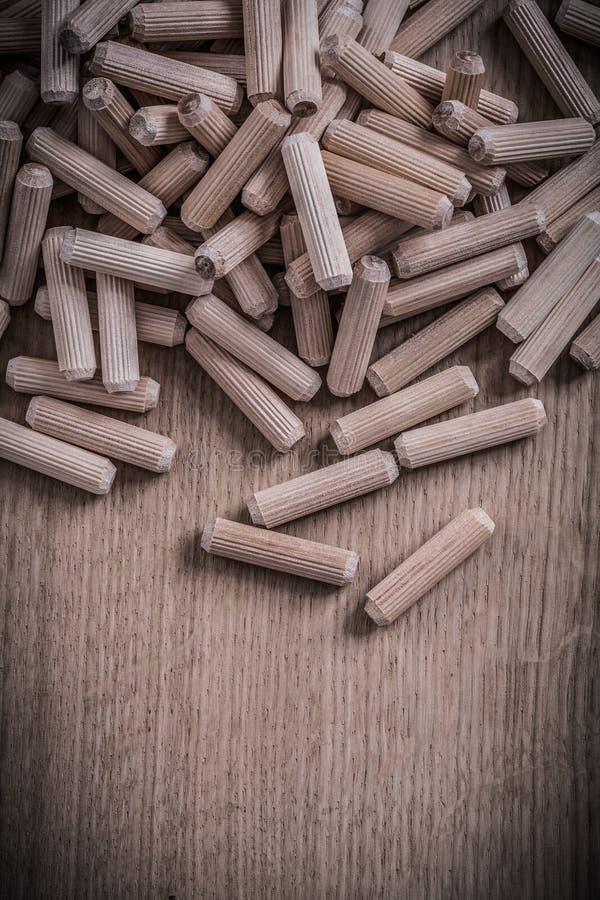 Разнообразие контрольных штифтов цилиндра деревянных на деревянной конструкции доски стоковые фотографии rf