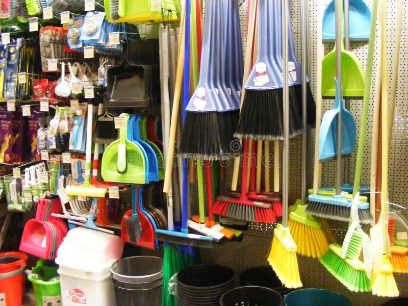 Разнообразие красочных веников и щеток, equipement домочадца в магазине стоковые фотографии rf