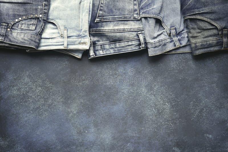 Разнообразие людей и джинсов woomen на предпосылке grunge Взгляд сверху с космосом для текста стоковое изображение rf