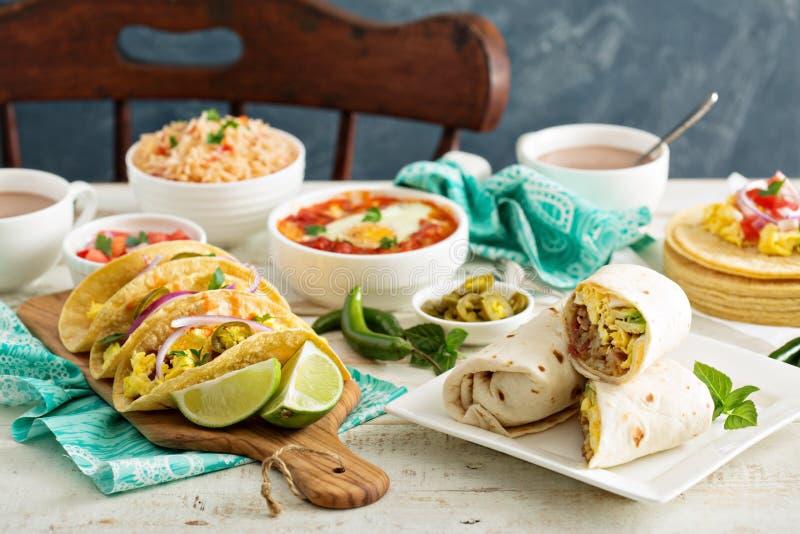 Разнообразие мексиканских блюд кухни на таблице стоковое фото
