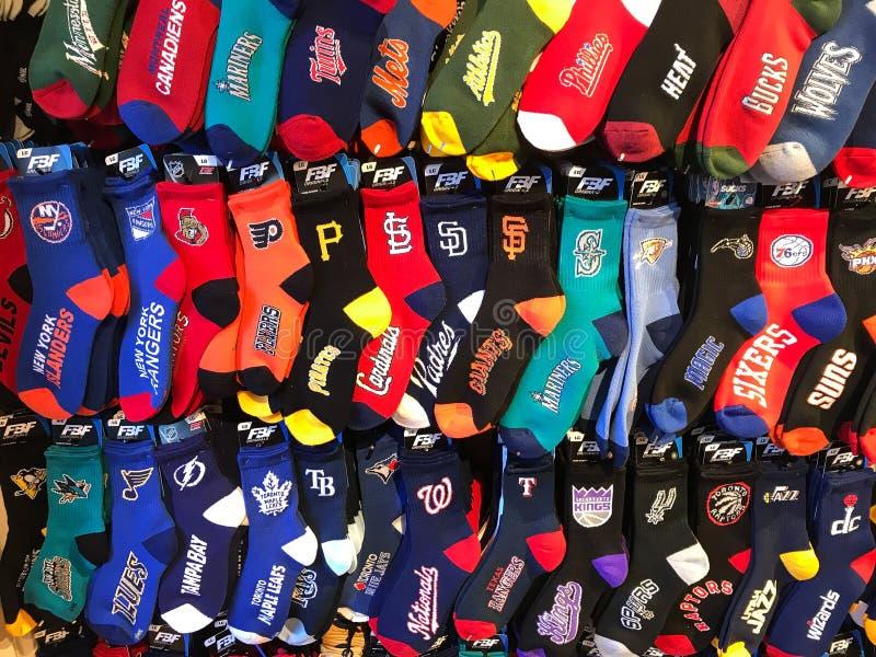 Разнообразие носок отличая различными американскими командами профессионального спорта стоковое изображение