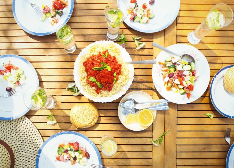 Разнообразие обедающего семьи итальянских блюд на деревянном столе в g стоковое изображение