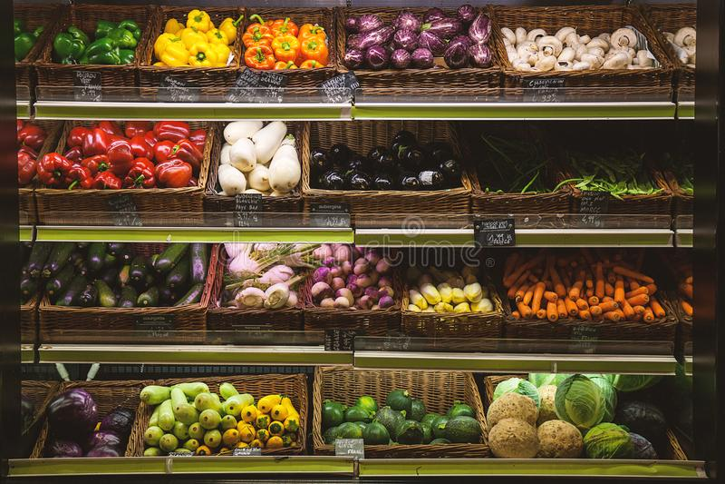 Разнообразие овощи в супермаркете стоковая фотография
