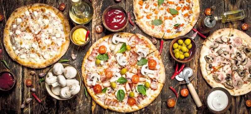 разнообразие пицц На деревянной предпосылке стоковое фото