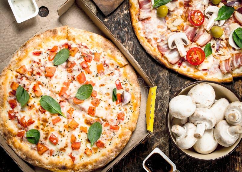 разнообразие пицц с грибами и соусом стоковая фотография rf