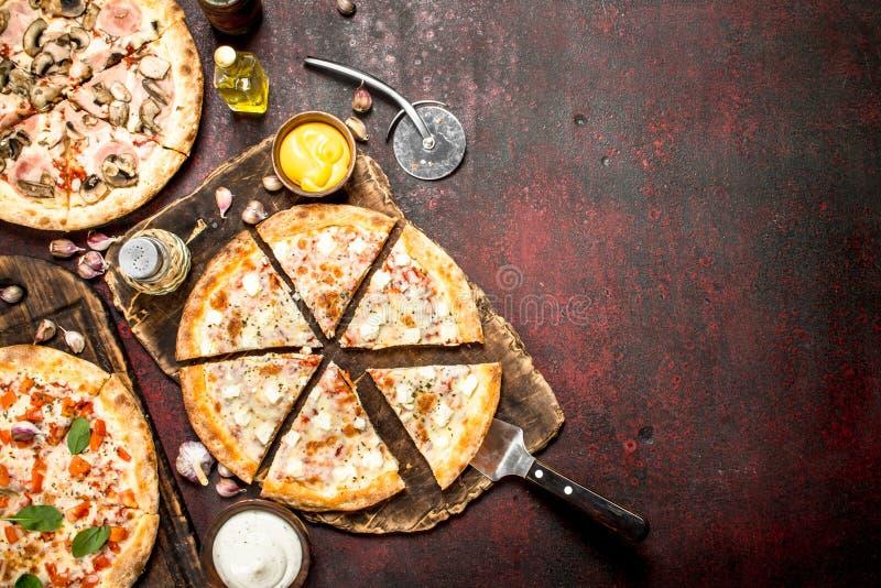 разнообразие пицц с соусами стоковые изображения