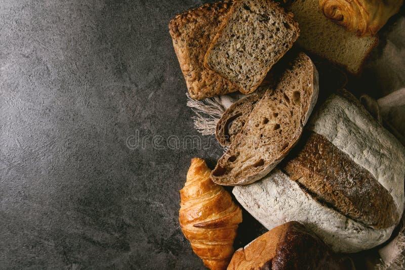 Разнообразие свежего испеченного хлеба стоковое изображение rf