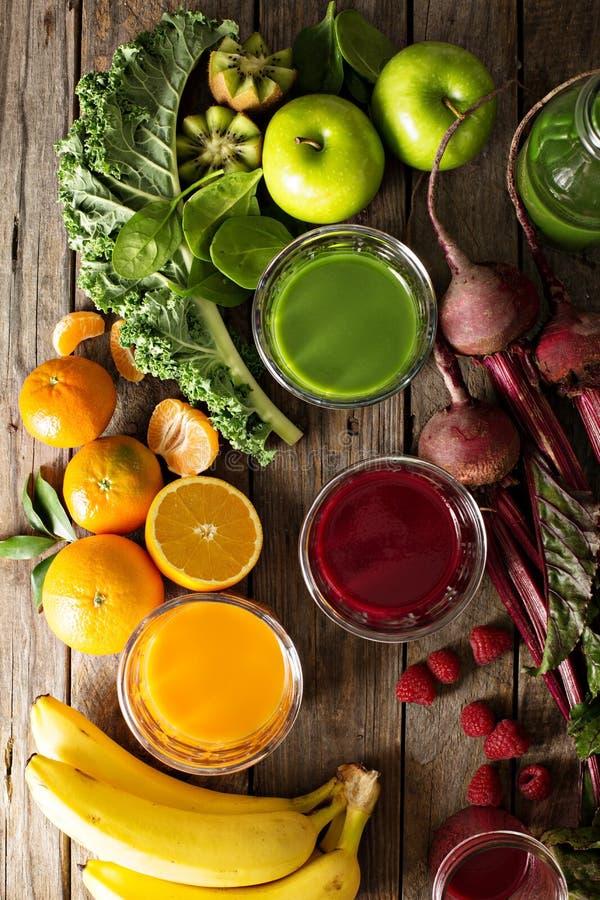 Разнообразие свежего овоща и фруктовых соков стоковая фотография rf