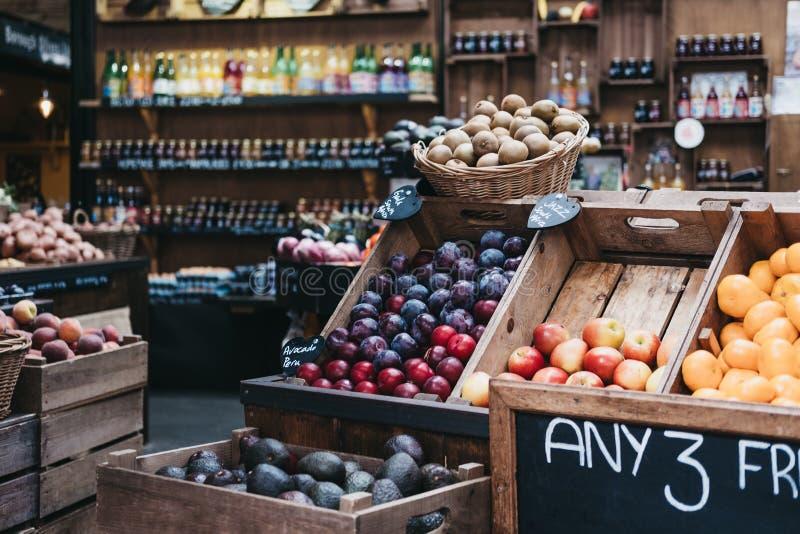 Разнообразие свежего фрукта и овоща на продаже на рынке стоковые изображения rf