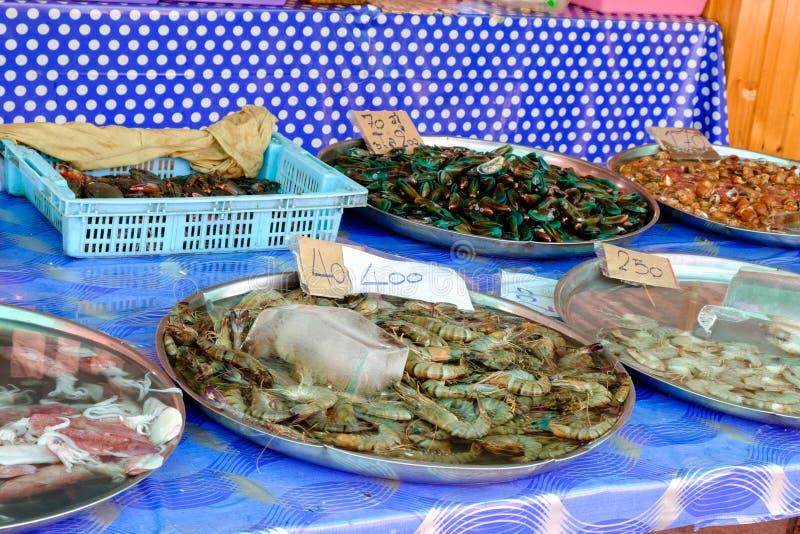 Разнообразие свежие морепродукты подноса проданы на рынке стоковые изображения