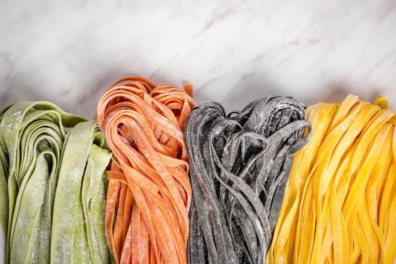 Разнообразие свежих сырцовых домодельных макаронных изделий стоковое изображение