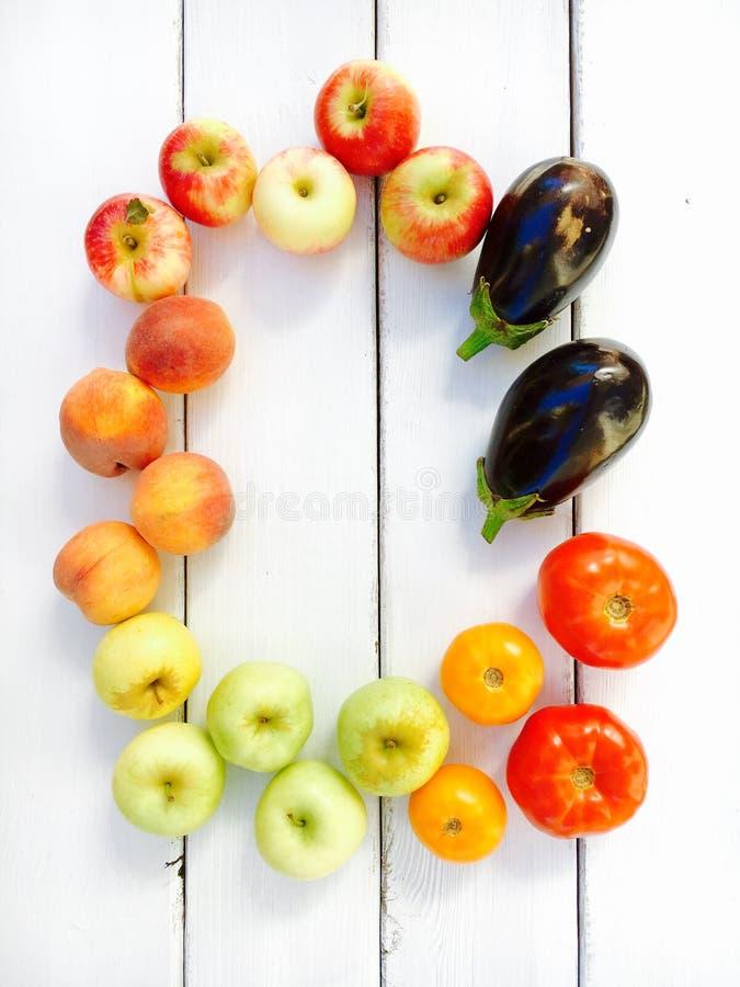 Разнообразие свежих фруктов и овощей лета - яблок, персиков, томатов и баклажанов стоковое изображение