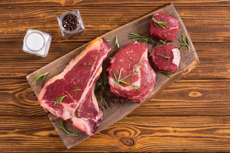 Разнообразие сырцового стейка мяса говядины стоковые изображения