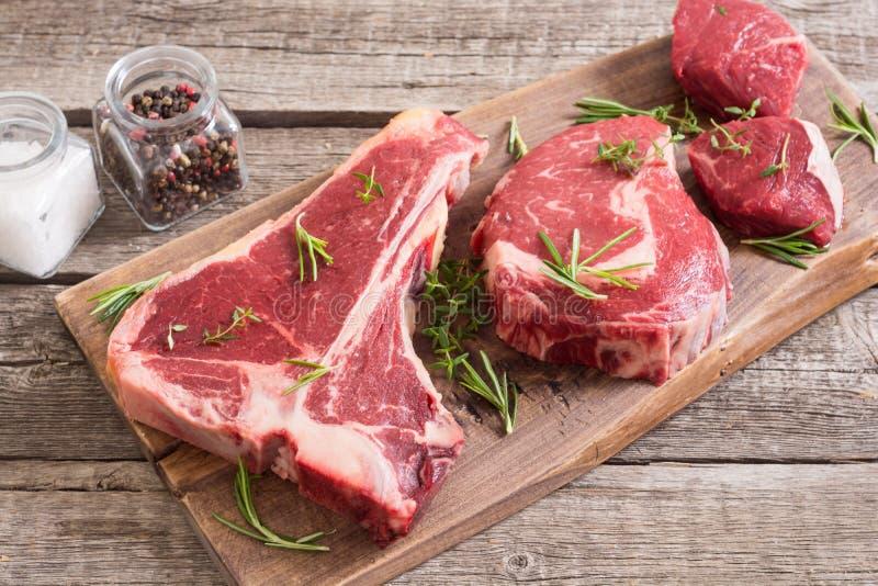 Разнообразие сырцового стейка мяса говядины стоковое изображение