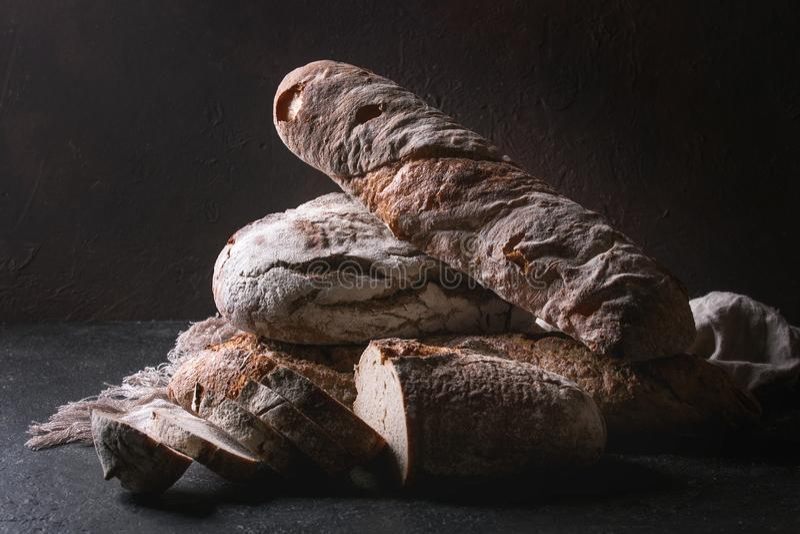 Разнообразие хлеба ремесленника стоковые фотографии rf