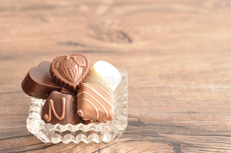 Разнообразие шоколады показанные в причудливой стеклянной таре стоковое фото