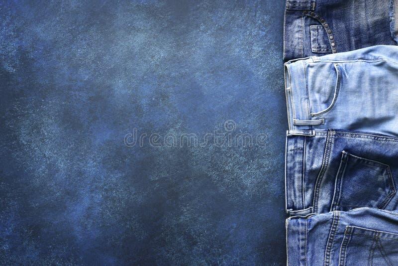 Разнообразие людей и джинсов woomen на предпосылке grunge Взгляд сверху стоковое изображение