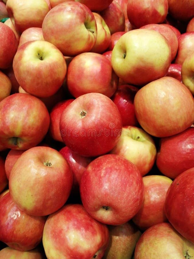 Разнообразие яблок зрелое красное образ жизни лета окна магазина здоровый стоковое фото rf