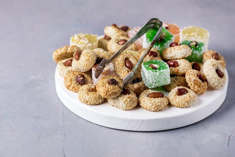 Разнообразие lokum турецкого наслаждения Lokum турецкого наслаждения предпосылки белизны десерта сладостного традиционной стоковое изображение