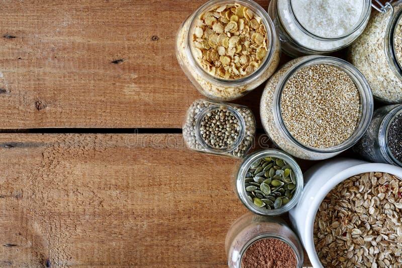 Разнообразие mueslis в разнообразии опарников healhty органических зерен стоковое изображение