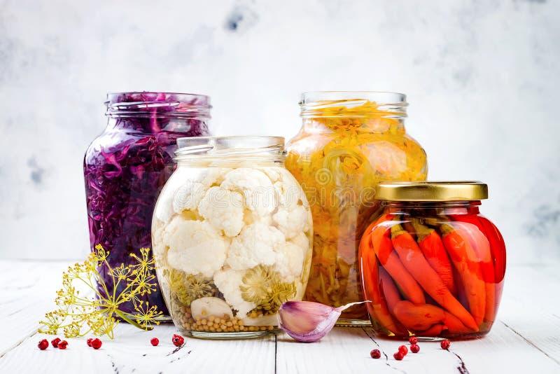 Разнообразие Sauerkraut сохраняя опарникы Домодельное kraut бураков красной капусты, kraut турмерина желтое, marinated цветная ка стоковая фотография rf