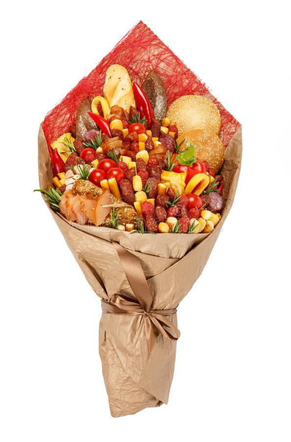 Разнообразия первоначального букета состоя из различные сосиски, мяса, копченого сыра, томатов, перца и хлеба как подарок стоковые фото