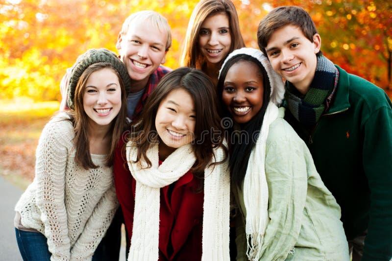 Разнообразная группа в составе друзья совместно стоковая фотография rf