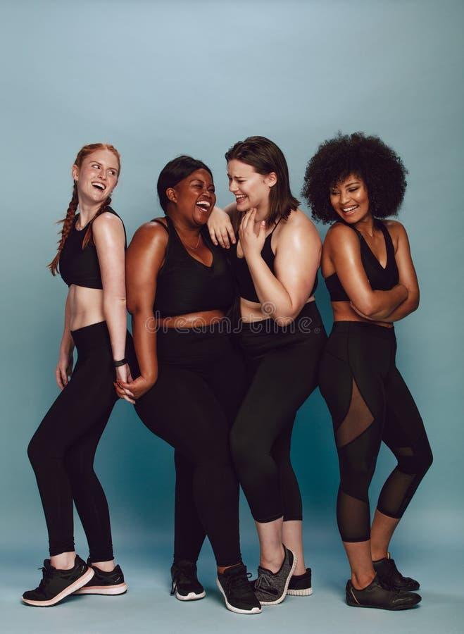 Разнообразная группа в составе женщина в sportswear стоковые изображения rf