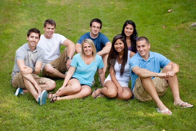 Разнообразная группа в составе молодые взрослые стоковое фото rf