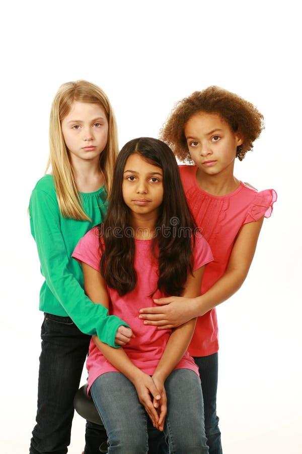 Разнообразная группа в составе серьезные маленькие девочки стоковые изображения rf
